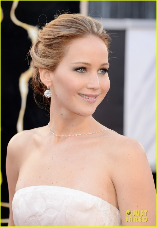 jennifer-lawrence-oscars-2013-red-carpet-02